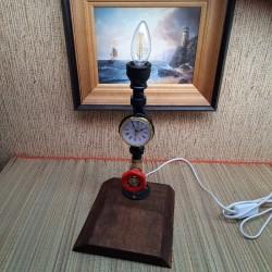 Лампа из труб с часами с...