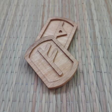 Ruunid puidust graveeritud
