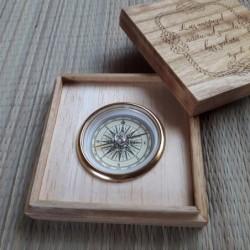 Kompass puidust kinkekarbis...