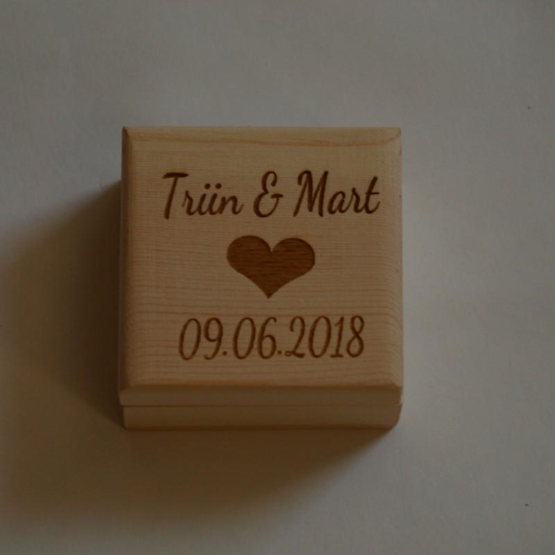 Деревянная подарочная коробка Размер - 6 x 6 x 3,5 cm с индивидуальной гравировкой