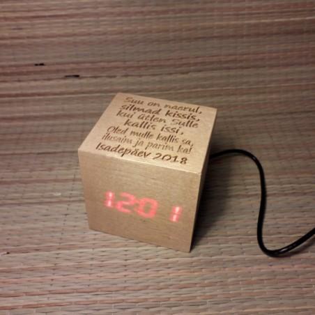 Digitaalne lauakell puidust klots personaalse graveeringuga